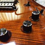 コントロールノブにはHATAのローレットノブを採用。金属加工の常識を覆す美しい仕上げと、抜群の操作感。このギターにさらなる高級感を与えてくれる。