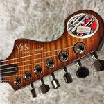 ヘッドプレートはカスタムアクセサリー工房G-IRON SILVERWORKS製。このギターがオンリーワンである象徴となっている。(プレートの一部にはオーナー様のご氏名が記載されている為、画像に処理を施しています。)