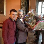 Данчо подарява сцената с Рождеството на Н.Пр.Посланика Марин Райков