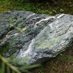 Gartenurne aus Julier-Serpentin mit Symbol