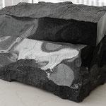 Steinurne, einzelanfertigung aus schwarzem Stein