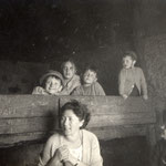 Mamma e bambini (archivio A, Santi)