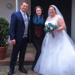 Hochzeitssängerin Juli mit Brautpaar Daniela und Sebastian