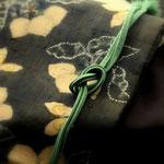 焦げ茶無地結城紬に鈴木紀絵作の染め帯を合わせています。黒地に絞り染めで蕪と蝶々が描かれています。
