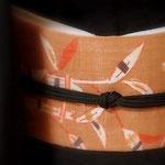 添田敏子作麻地型絵染帯と座繰り紬(芝崎重一)のきもの。