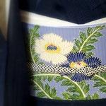 紺地蚊絣柄の夏塩沢きものに、ブルー地絽塩瀬芥子の柄の染め帯を合わせて。