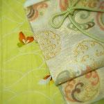 銀座志ま亀の夏の一揃え。薄緑地に波と蝶を描いた絽の友禅。帯は、白地に波の丸を織りだした紗袋帯