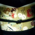 墨色の結城紬に、板倉眞理子作の型絵染の帯。帯締めのグリーンと帯の赤い花でクリスマスのイメージに。