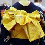 変わり帯結び「福来」。黒地の振袖に黄色の帯で結びました。