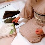 コーディネートレッスン中の生徒さん。楽しく悩んでいます。「森田空美 着付け教室」宝塚にて