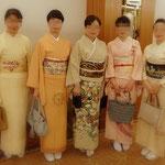 華やかな着物姿のお若い生徒さんたち。きもの文化検定合格パーティー会場にて。