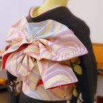 天津風と名付けられた帯結び。 先にひだを折っておけば、帯を2巻したらスリーステップで出来上がります。帯の斜め後ろから撮影。