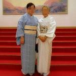 宝塚大劇場のロビーにて。きもの姿の二人。ブルーのきものに白地の帯。白地のきものに更紗の帯。