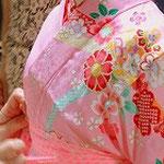 七五三の着付けのお稽古風景です。ピンクの振袖が愛らしいです。