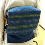 白地に蚊絣の夏大島に琉球藍で染めた八重山上布の帯を結んだ後姿が素敵です。