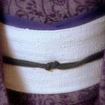 浦野理一作。菊唐草模様の絵絣。白地の縦節紬の帯を合わせています。帯揚げは江戸紫色の変り縮緬です。