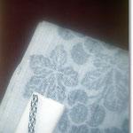 葡萄色の無地紬に、グレー地にモノトーンで葡萄を描いた帯いずれも浦野理一作。