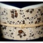 焦げ茶の無地紬に、ベージュ江戸更紗の染め帯で。森田空美流の出張着付けレッスンの装いです。