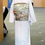 付け国家技能検定2級を受けた、森田空美流付け教室in関西の生徒さんの作品です。訪問着に二重太鼓の後姿です。
