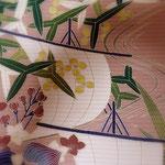 久呂田明功作、絽塩瀬の染め帯。梅ねず地に帆掛け船やおもだかなど、夏の水辺風景を描いた帯です。