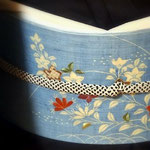 焦げ茶の無地紬に合わせたのは、ぎおん齋藤の御所解帯。  ブルーの紬に秋草模様が描かれています。