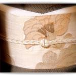 山下八百子作黒八丈のきもの。牡丹唐草柄のすくい織の袋帯を合わせています。
