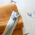 友禅で描かれたつばめが飛ぶ、古志紬の訪問着。帯は科布。