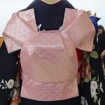 黒地の振袖に、青海波文様のピンクのふくろ帯で、ふくら雀を結びました。