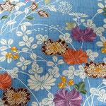ぎおん齋藤の御所解帯。  ブルーの紬に秋草模様が描かれています。
