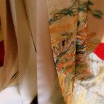 本仕立てのきものの着付け方。表のきものまで羽織ったら裾はこんな風に3枚が重なっています。