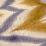山下健さんの板締め絞りの帯です。グレーと黄土色の秋らしい配色です。