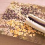 きものは藤色の縦節紬(浦野理一作)。帯は鬼しぼ縮緬に藤の花を描いた染め名古屋帯。