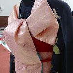 ふくら雀をピンクの袋帯で結んでいます。斜め後ろからの帯の角度に気を付けて。