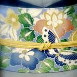 ブルーの鬼しぼ縮緬に、橘・霧・蝶が描かれた染め名古屋帯。グレーの無地紬にあわせて、桜が終わったら締めはじめる帯です。