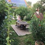 Mario Strzelski im Garten vor dem Haus