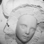 Der lederhart getrocknete Porzellhohlkörper wird behutsam der Gipsform entnommen