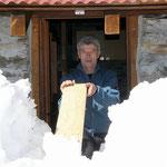 """Ilario sta """"spalando"""" la neve dall'entrata dell'Alp de Martum 1845 m"""