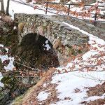 Vecchio ponte sul sentiero