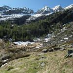Alpe d'Arnau 1592 m il sentiero ci porta sul costone a sinistra