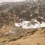 Cugn 1824 m, il sentiero per Scench sale in mezzo alle rocce dietro la cascina