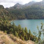 Sul sentiero che costeggia il Lago Ritóm
