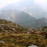 Nella nebbia si intuisce la Corte di Mezzo e la Corte di Campo nella Valle di Caneggio
