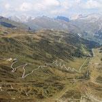 La strada che conduce al Passo dello Spluga ed in fondo alla valle il paese Splügen