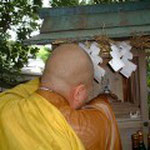 御神体を静かに安置し参詣者の健康と多幸を祈る