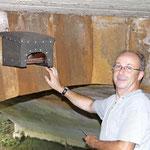 Reinhold Bräutigam beim Anbringen eines Wasseramsel-Nistkastens unter der Sandsteinbrücke in Horsdorf