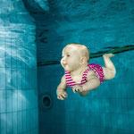 Baby schwimmen - pixabay; https://pixabay.com/de/baby-schwimmen-unterwasser-familie-1752928/
