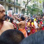 ヒンズー教徒の印、サフランを見物人達の額中央につけてくれる。