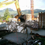 Abbruch Buochserstrasse 48 - Teilweise Unterstützung mit dem Bagger, und anschliessender Abbruch vom Untergeschoss
