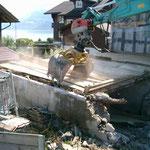 Abbruch Dorfstrasse 25, nach Fassadenabstützung mit Maschineneinsatz