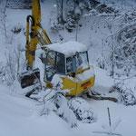 Menzi Muck auf der Fahrt zur Baustelle - Unterwegs nach Niederickenbach mit Schneeketten